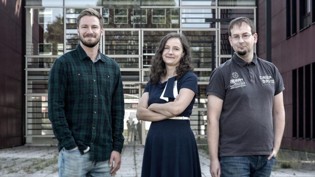 Mitarbeiter des Zentrums für KI in MV (Institut für Informatik), 04.08.2021, vor dem Konrad-Zuse-Haus; v.l.n.r.: Ole Fenske, Anne Gutschmidt und Hannes Grunert